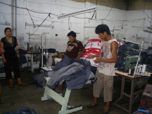 taller-y-costurero-golpeado-mediana