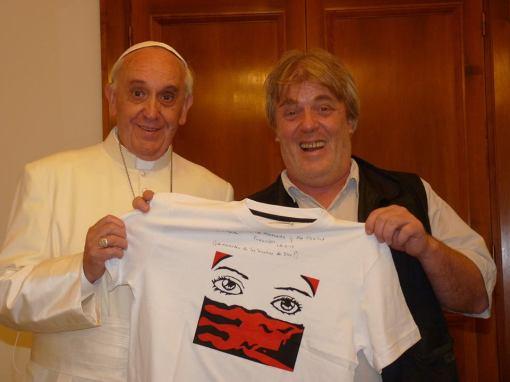 El Papa y Gustavo Vera con uno de los nuevos diseños de remeras