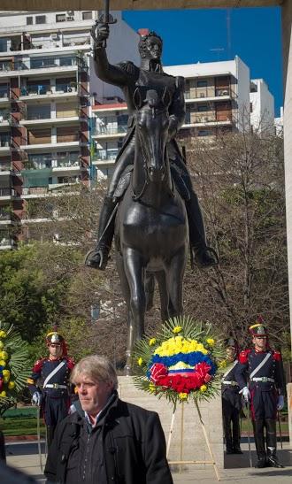 Gustavo Vera delante del monumento a Bolivar
