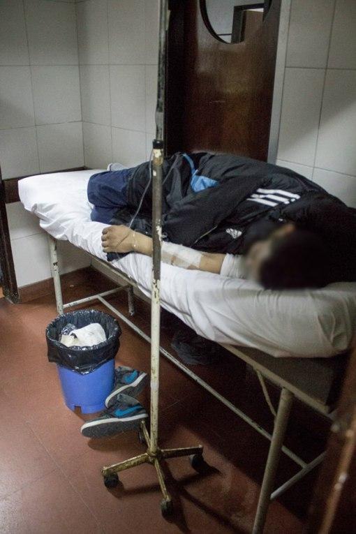 pacientes en camillas ubicados en los pasillos